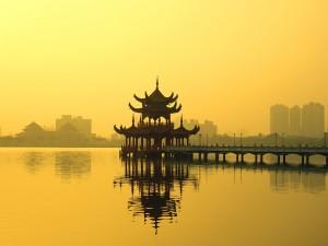 Pagoda en el lago Lotus de Zuoying (Kaohsiung, Taiwán)