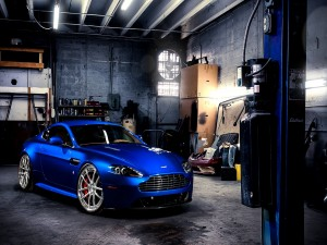 Aston Martin V8 azul en un taller