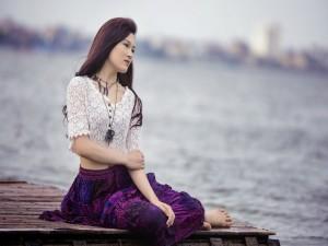 Modelo asiática a orillas del lago