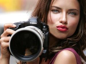 Una hermosa chica con una cámara Canon Eos