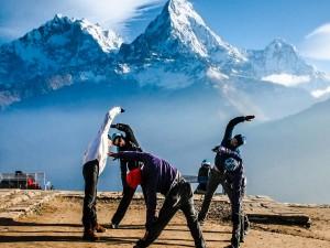 Haciendo estiramientos en la montaña