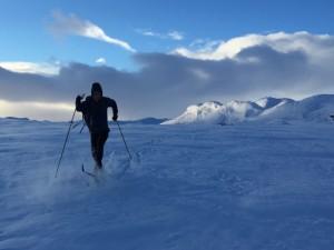 Caminando en la nieve con los esquís