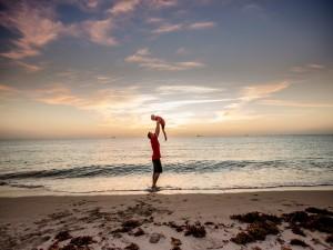 Papá jugando con su pequeño hijo en la playa