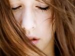 Muchacha con los ojos cerrados