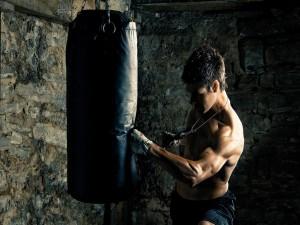 Boxeador entrenando con el punching