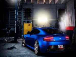 Parte trasera de un Aston Martin V8 azul