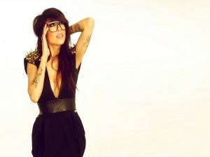 Alie Layus con vestido negro