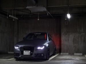Audi RS4 con las luces encendidas