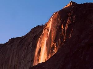 Sol iluminando la Cascada Horsetail (Parque Nacional Yosemite, California)