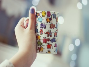 Una divertida taza con elefantes