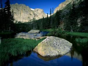 Río entre montañas rocosas