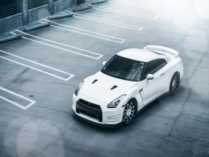 Nissan GT en un aparcamiento