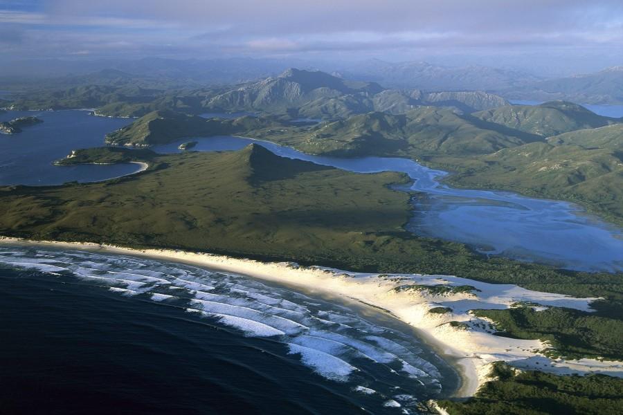 Hermosa vista del mar entre montañas en Tasmania (Australia)