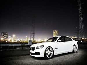 Un BMW 7 de color blanco