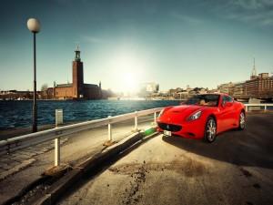 Un Ferrari rojo en la carretera