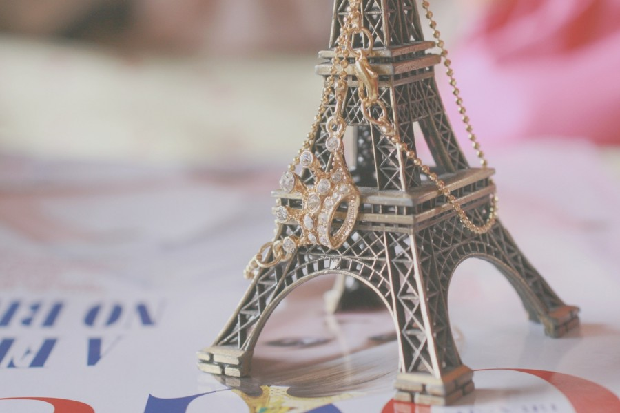 Colgante sobre una pequeña Torre Eiffel