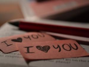 Mensajes de amor sobre un libro