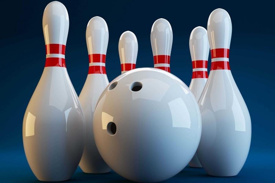 Bola con pines de bowling sobre un fondo azul