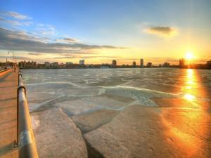 Rayos del sol sobre un lago congelado