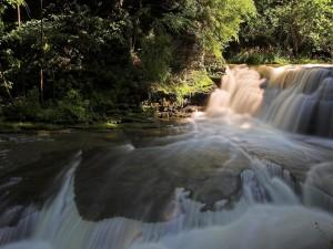 Impresionante cascada en el río