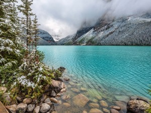 La niebla cubre las montañas del lago