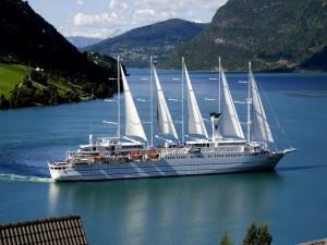 Admirando el paisaje en un gran velero