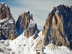 Montañas cubiertas de nieve