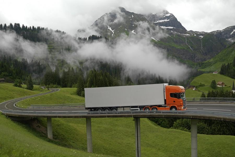 Camión Scania en la carretera