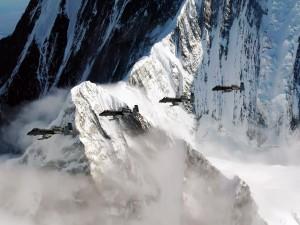 Aviones militares cruzando las grandes montañas de Alaska