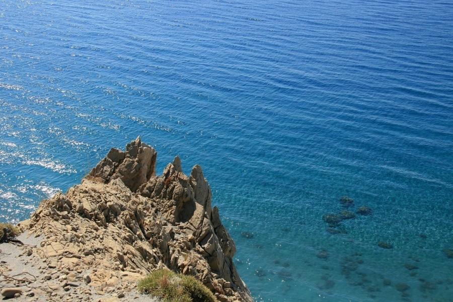 Contemplando el mar desde una roca