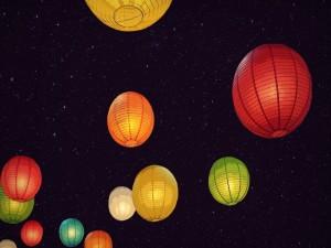 Lámparas  iluminadas en una noche estrellada