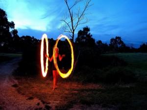 Mujer formando círculos de fuego