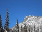 Picos nevados bajo el cielo azul
