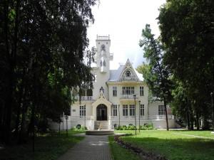 Hermosa casa antigua con un gran jardín