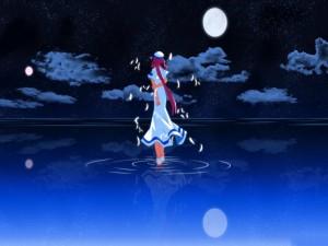 Chica con traje de marinera caminando en el agua