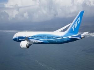 Avión de pasajeros Boeing 787 volando sobre el mar