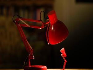 Gran conversación con una pequeña lámpara de mesa