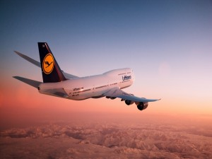 Avión de Lufthansa volando sobre montañas nevadas