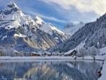 Lago rodeado de montañas nevadas