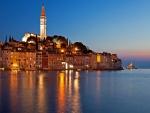 Un cielo impresionante en la noche en Rovinj, Croacia