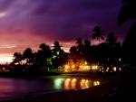 Luces brillantes en la playa Poipu en la isla de Kauai (Hawái)