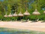 Sombrillas de paja en una playa de la isla Mauricio