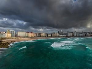 Nubes grises sobre la playa y el mar