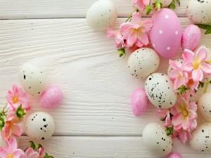Flores y huevos para el Día de Pascua