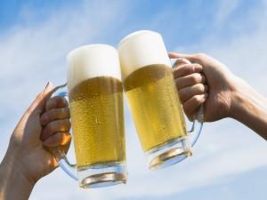Dos personas brindando con cerveza
