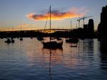 Barcos en el muelle al amanecer