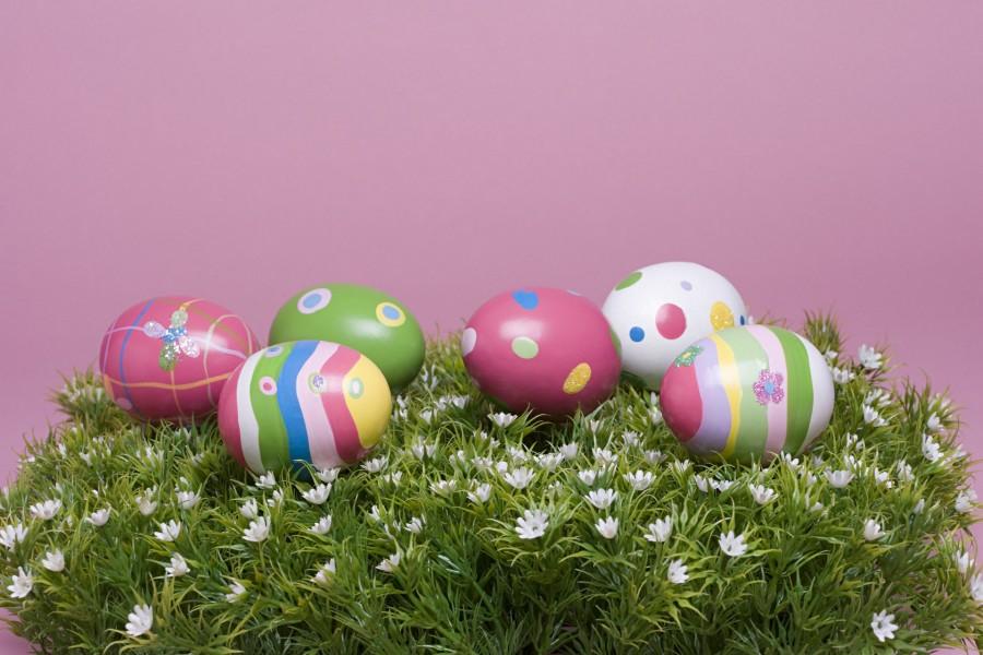 Huevos pintados para Pascua sobre flores blancas