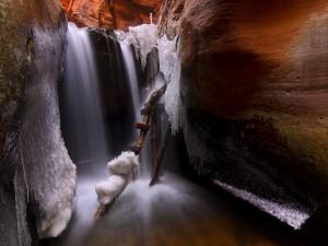 Hielo junto a la cascada