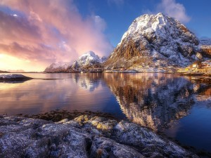Hermoso paisaje invernal a la entrada del sol
