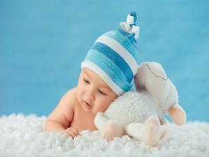 Tierno bebé con un osito de peluche